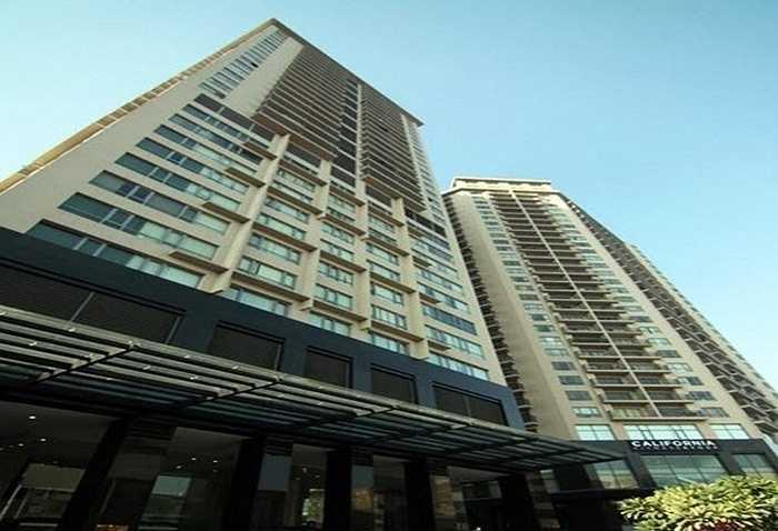 Lần lượt 6 ngôi biệt thự, căn hộ hạng sang bị đưa vào tầm ngắm của dư luận. Trong đó có thể kể đến căn nhà 3 tầng lầu trong con ngõ rộng rãi trên phố Nguyên Hồng (Hà Nội) hay căn hộ cao cấp tại tòa nhà Skycity (Láng Hạ, Hà Nội). Ảnh tòa nhà Skycity - nơi có một trong những căn hộ của Dương Chí Dũng.