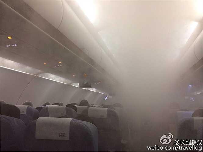 Mới đây, một máy bay lăn bánh trên đường băng sân bay quốc tế Bảo An (Thâm Quyến) khiến hành khách ngạc nhiên với khoang hành khách mịt mù
