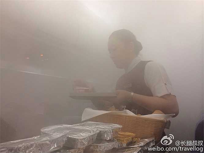 Theo lời các hành khách chụp lại ảnh, hệ thống điều hòa hoạt động đúng lúc ngoài trời có mưa, độ ẩm cao nên sương mù bao phủ khắp nơi