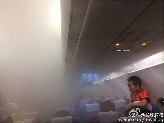 Một số hành khách tỏ ra bình tĩnh trong khi những người khác cho rằng cảnh tượng như trong phim kinh dị