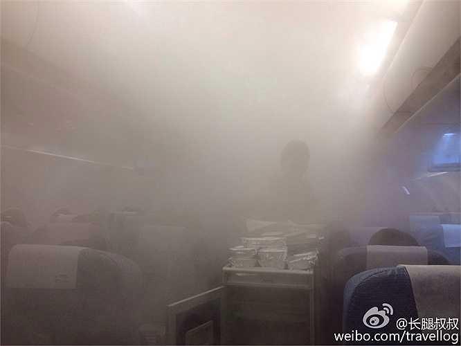 Các nữ tiếp viên vẫn len lỏi giữa màn sương dày đặc để đi phục vụ bữa ăn nhẹ trên máy bay cho các hành khách