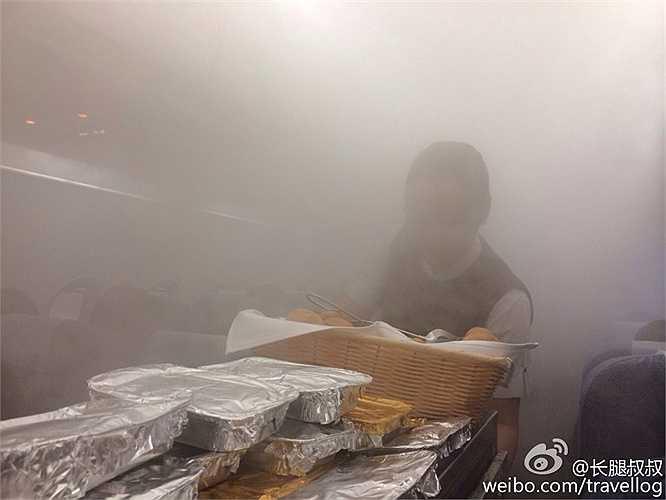 Tiếp viên hàng không gần như khó nhận ra trong màn sương mờ ảo trong khoang máy bay