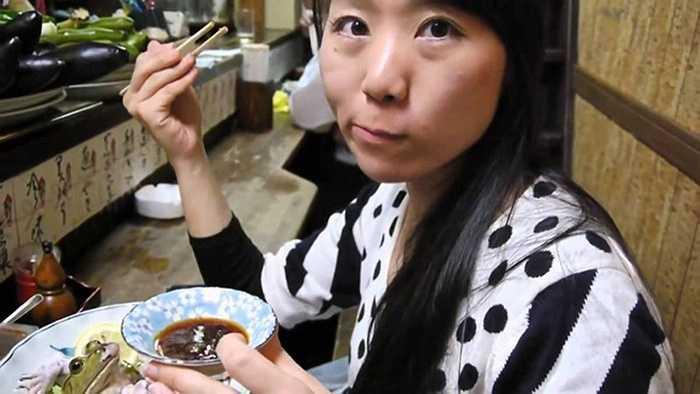 Một cô gái tới nhà hàng Memory Lane thưởng thức món sashimi ếch đặc biệt.