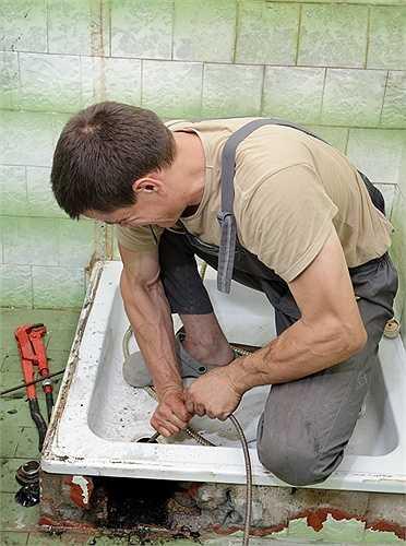 6. Thợ sửa ống nước  Không đơn thuần chỉ là sửa vòi nước, những người thợ sửa ống nước phải đối phó với nước thải, vi khuẩn và tinh thần phục vụ 24/7. Bù lại, họ kiếm được 60.000 USD/ năm.