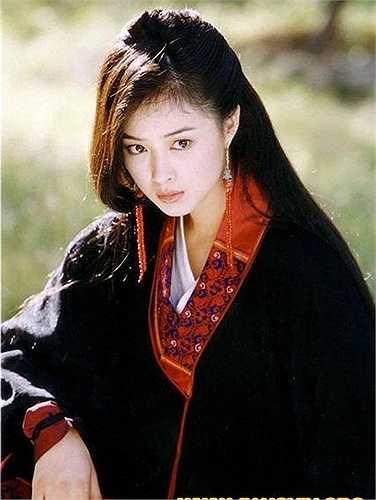 Tưởng Hân – Mộc Uyển Thanh: Tưởng Hân đóng phim từ khi lên 8 tuổi nhưng mãi đến vai Mộc Uyển Thanh trong Thiên long bát bộ, cô mới thực sự được khán giả chú ý. Người đẹp sinh năm 1983 lôi cuốn người xem với diễn xuất sinh động, có hồn.