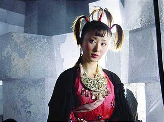 Thư Sướng – Thiên Sơn Đồng Lão: Thư Sướng chấp nhận từ bỏ hình tượng xinh đẹp để hóa thân thành Thiên Sơn Đồng Lão trong Thiên long bát bộ. Khi đó, dù mới 15 tuổi nhưng cô đã thể hiện hoàn hảo sự độc ác, tính tình quái gở của bà lão 90 tuổi trong hình hài một đứa trẻ.
