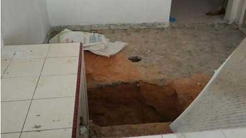 Sửa nhà, phát hiện thi thể, bốc mùi, dưới sàn bếp, chôn vùi, một đứa trẻ