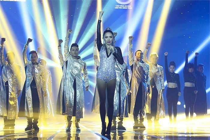 Tóc Tiên nhận được sự cổ vũ của đông đảo khán giả khi trình diễn ca khúc 'Thế giới không có anh' cùng với vũ đoàn.