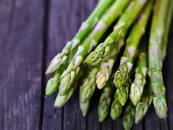 Măng tây: Măng tây là một trong những loại thực phẩm giúp cải thiện chất lượng của máu do tác dụng làm suy giảm độc tố. Măng tây có đặc tính lợi tiểu, giúp lọc máu hiệu quả và duy trì hoạt động lưu thông máu diễn ra ổn định.