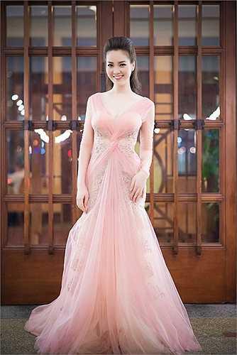 Xuất hiện trong một sự kiện với vai trò MC, Á hậu Thụy Vân diện váy ren xuyên thấu thu hút mọi ánh nhìn.