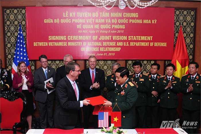 Bộ trưởng Quốc phòng, Đại tướng Phùng Quang Thanh trao biên bản ký kết cho người đồng cấp Mỹ, Ashton Carter