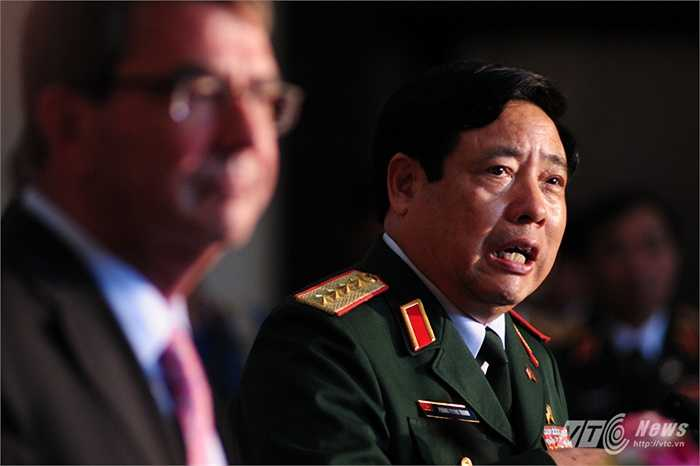 Đại tướng Phùng Quang Thanh trả lời các câu hỏi của phóng viên
