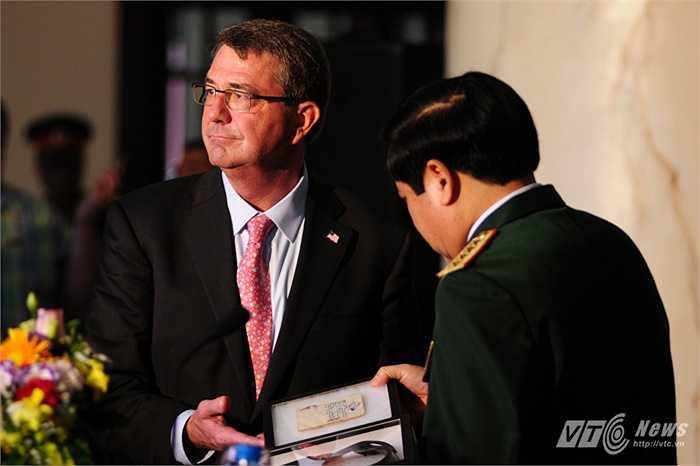 Bộ trưởng Ashton Carter tặng Bộ Quốc phòng Việt Nam một cuốn nhật ký và chiếc thắt lưng của chiến sỹ Việt Nam hi sinh trong chiến tranh chống Mỹ