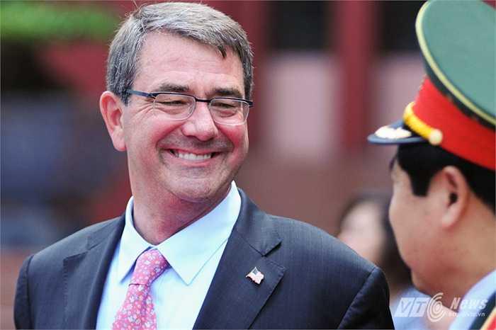 Bộ trưởng Quốc phòng Mỹ Ashton Carter tươi cười nói chuyện với Đại tướng Phùng Quang Thanh