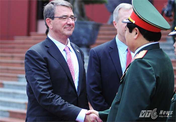 Hai Bộ trưởng bắt tay trước khi kết thúc cuộc gặp mặt tại trụ sở Bộ Quốc phòng (Tùng Đinh/Thực hiện)