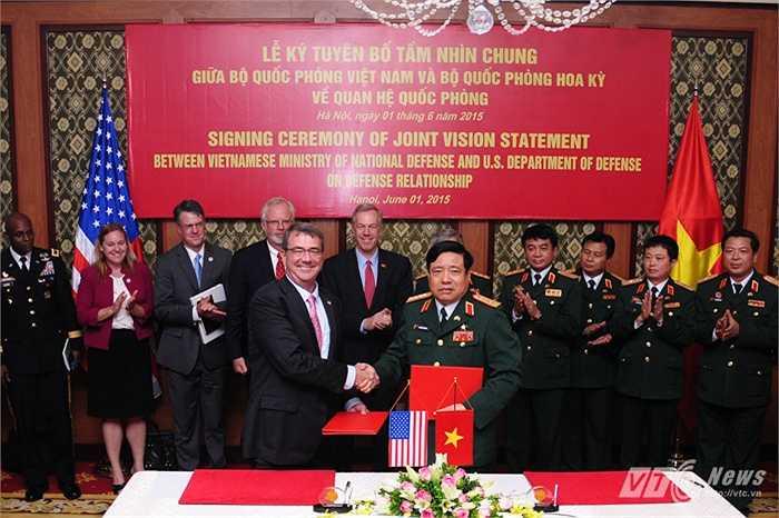 Hai Bộ trưởng bắt tay sau lễ ký