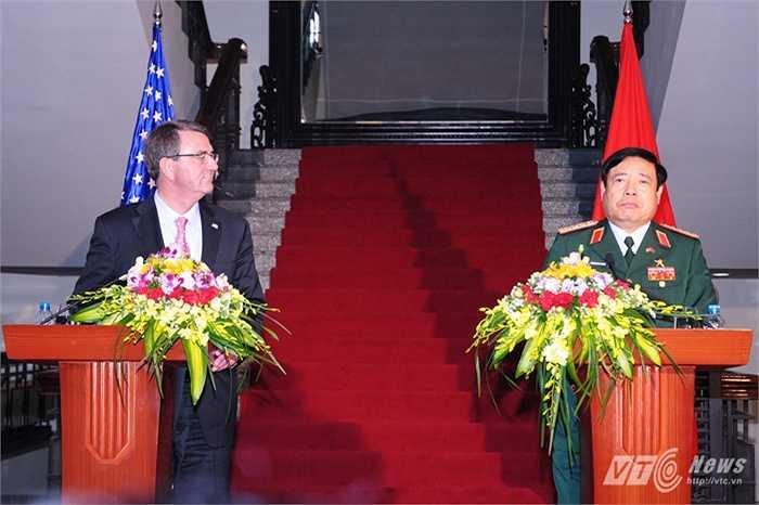 Bộ trưởng Phùng Quang Thanh và Bộ trưởng Ashton Carter trong buổi họp báo