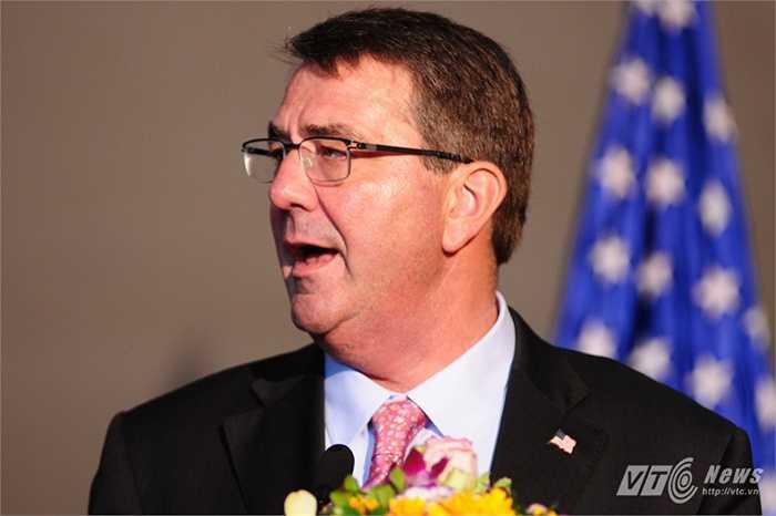 Bộ trưởng Quốc phòng Mỹ Ashton Carter phát biểu trong họp báo