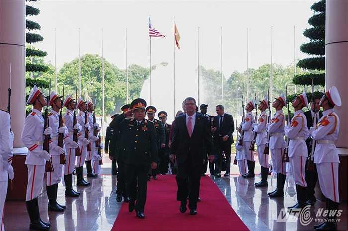 Hai bộ trưởng tiến vào phòng hội đàm