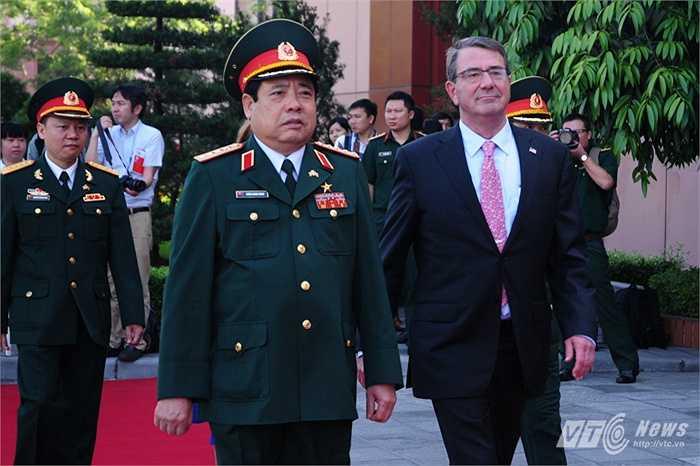 Hai bộ trưởng tiến về khu vực đoàn đại biểu