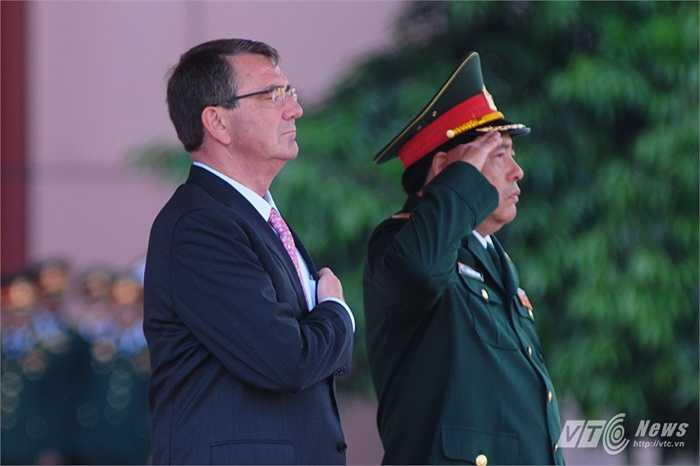Bộ trưởng Phùng Quang Thanh và Bộ trưởng Ashton Carter làm lễ chào cờ
