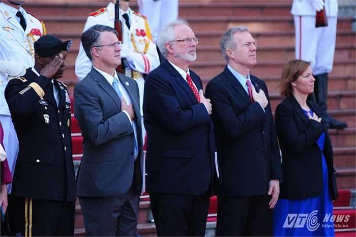 Các thành viên đoàn Mỹ làm lễ chào cờ, trong đó có Đại sứ Mỹ tại Việt Nam