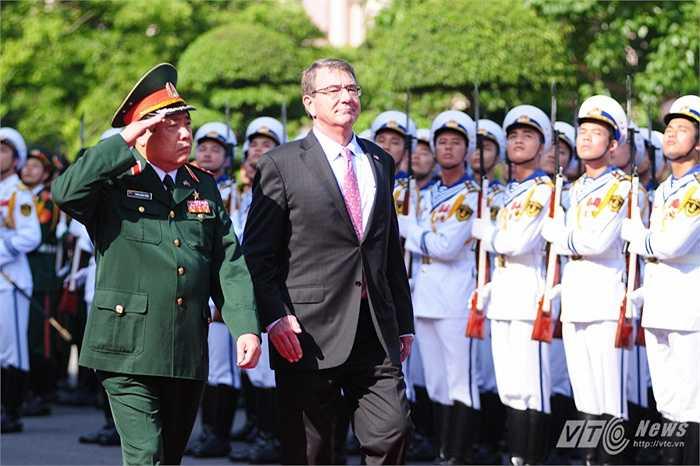 Hai Bộ trưởng duyệt đội danh dự Quân đội nhân dân Việt Nam
