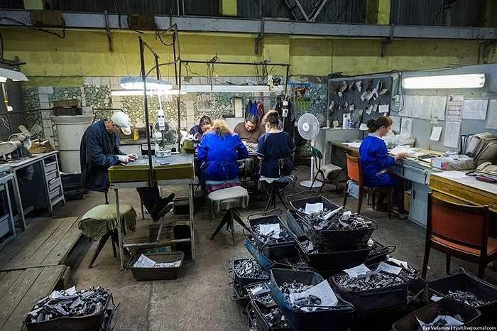 Nơi đây chế tạo rất nhiều loại súng, nhưng súng trường nổi tiếng thế giới AK-47 là sản phẩm chủ lực của nhà máy suốt nửa thế kỷ qua.