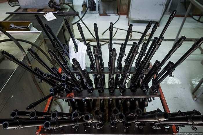 Bộ phận nòng súng luôn được kiểm tra gắt gao nhất vì yêu cầu chính xác tuyệt đối và chịu mài mòn, chịu nhiệt cao.