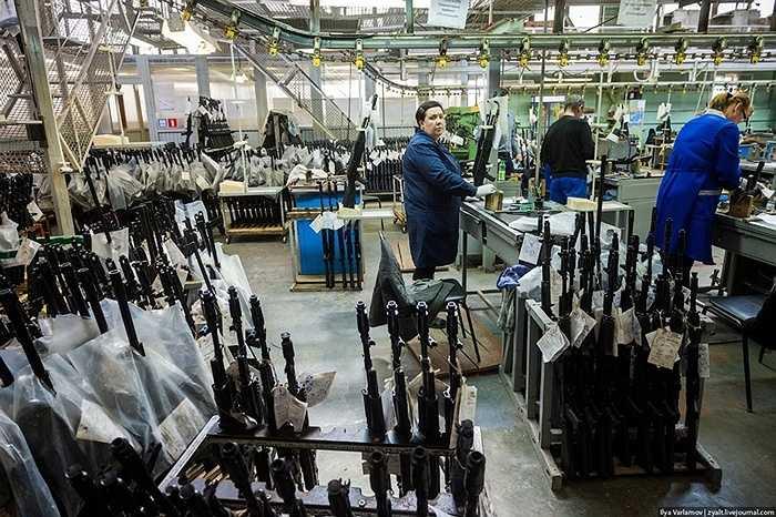 Phần báng súng trước kia dùng gỗ thì nay làm bằng nhựa tổng hợp, nhẹ và bền hơn nhiều.