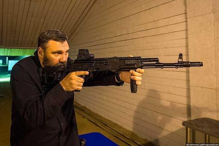 Sử dụng con người để kiểm tra súng, nhà chế tạo muốn đảm bảo rằng sự cảm nhận của người bắn sẽ giúp phát hiện sai sót nhanh nhất.