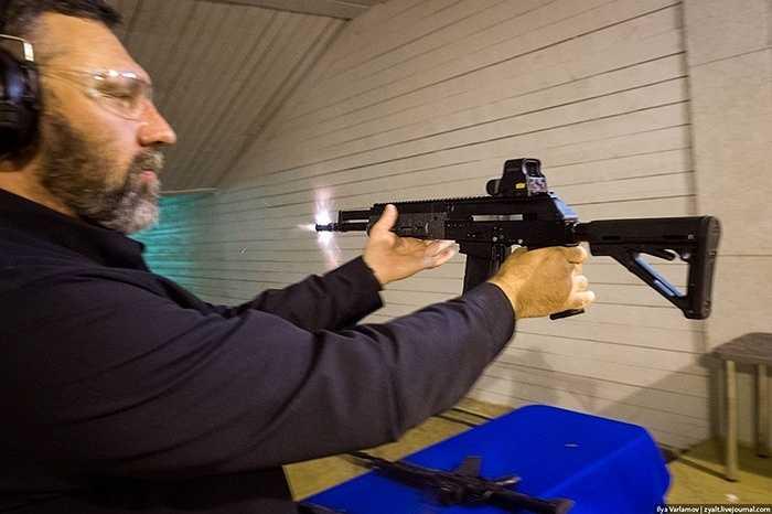 Thậm chí họ còn bắn ở nhiều tư thế khác nhau, để khẩu súng không 'phản bội' người sử dụng nó trong lúc chiến đấu. (Cao Lâm)
