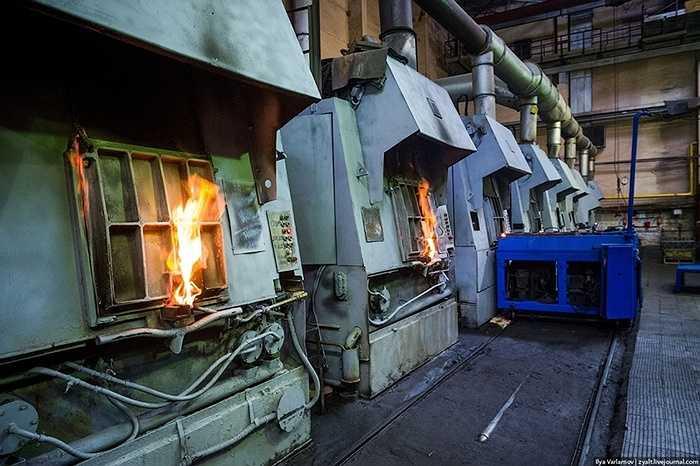 Bên trong khu vực luyện thép của nhà máy, những thiết bị cũ mới đan xen