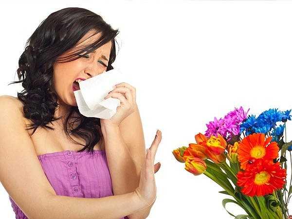 Dị ứng: Nghẹt mũi, khó thở cũng có thể gây ra hôi miệng. Khi đường thở qua mũi bị chặn, bạn sẽ phải thở bằng miệng. Điều này khiến miệng bị khô và làm cho vi khuẩn trong miệng tăng trưởng, từ đó gây ra mùi hôi.