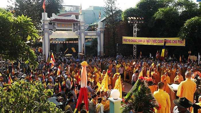 Sáng 1/6 (ngày 15/4 Âm lịch), hàng vạn Tăng ni, Phật tử cùng người dân địa phương đã tụ hội về Chùa Tỉnh Hội (Đà Nẵng) để tham dự Đại Lễ Phật đản (Phật lịch 2559 – Dương lịch 2015).