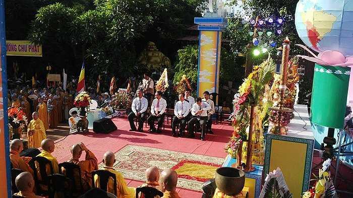 Buổi hành lễ diễn ra trong không khí tôn nghiêm.