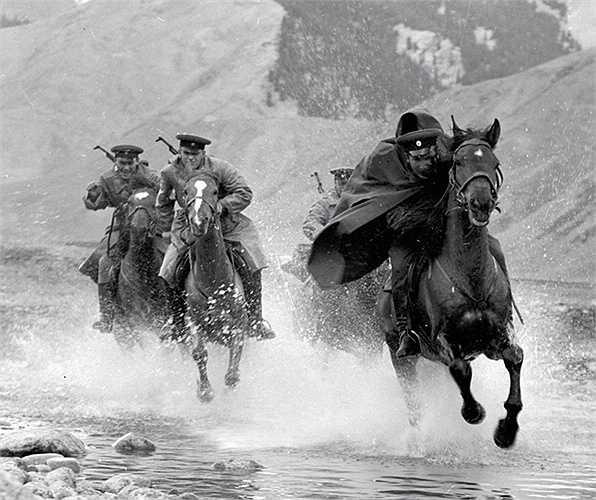 Chiến sỹ biên phòng Xô-viết cưỡi ngựa truy đuổi đối tượng vi phạm