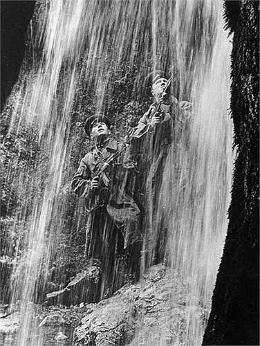 Chiến sỹ biên phòng Xô-viết dưới thác nước vùng núi Thiên Sơn