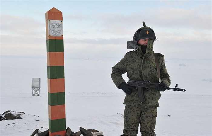 Chiến sỹ biên phòng trên địa bàn vùng biên Nagurskoe, đảo Aleksandra thuộc quần đảo Đất Franz Josef