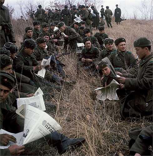 Chiến sỹ biên phòng Viễn Đông thường xuyên theo dõi báo chí