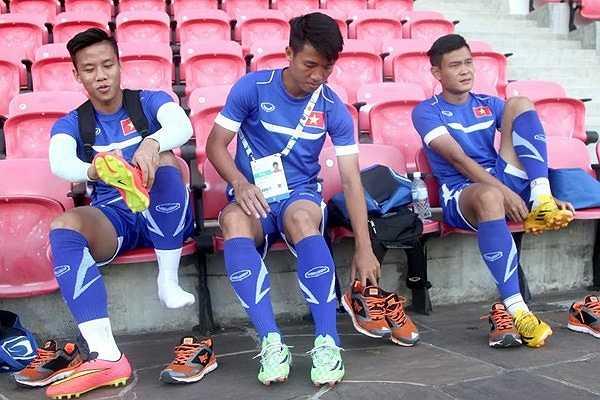Ở buổi tập chiều nay, hậu vệ Mạnh Hùng vẫn căng cơ và phải tập riêng. Văn Toàn đã bình phục hoàn toàn và sẵn sàng ra sân trong trận gặp U23 Malaysia nếu được HLV Miura tin dùng.