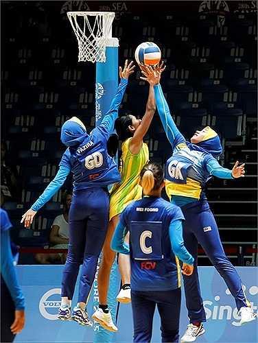 Trong trận khai mạc, các cô gái Malaysia đã giành chiến thắng áp đảo 84-22 trước Myanmar