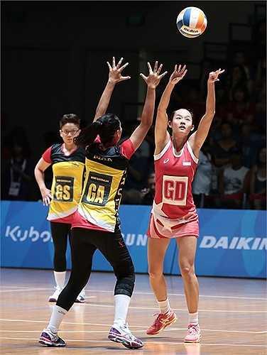 Luật chơi của bóng lưới không cho phép va chạm khi tranh bóng như bóng rổ