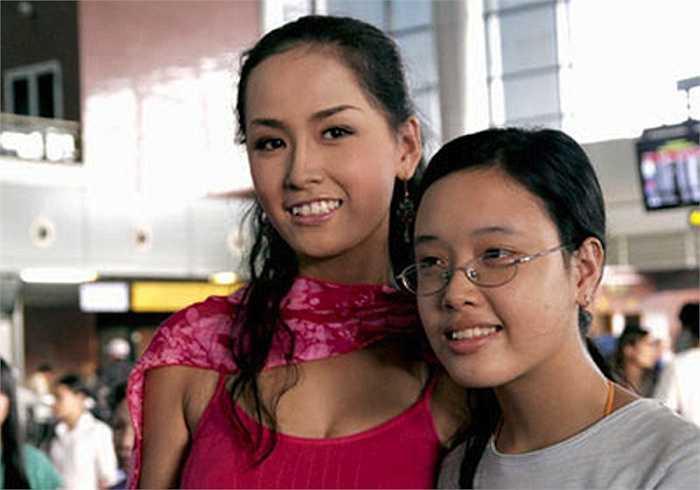 Trong số các anh chị em của người đẹp Việt, có lẽ Mai Ngọc Phượng - em gái Mai Phương Thúylà một trong những người có sự thay đổi ngoại hình đáng kinh ngạc nhất. Mai Ngọc Phượng lần đầu tiên được biết đến với người hâm mộ biết đến khi xuất hiện ở sân bay đón chị gái.