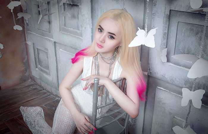 Tuy nhiên sau một thời gian ở ẩn, Phương Trang mới đây đã tái xuất với những hình ảnh khiến nhiều người bất ngờ. Cô lột xác hoàn toàn và trở thành một thiếu nữ sexy, quyến rũ và có phần nổi loạn.