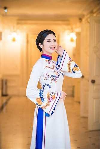 Hai chiếc áo dài nền nã, duyên dáng với những hoạ tiết cung đình tinh tế đã giúp Ngọc Hân có một diện mạo nền nã, trẻ trung mà không kém phần quý phái trong không gian của Nhà Hát Lớn Hà Nội.