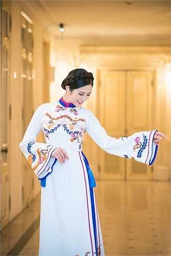 Ngọc Hân rất chuyên nghiệp trong cách tạo dáng với áo dài.