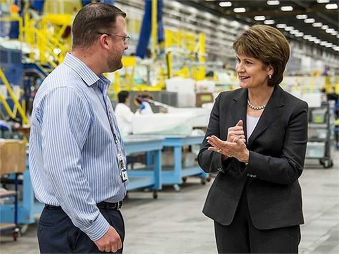 Marillyn Hewson, CEO của Lockheed Martin, tiền lương 17,9 triệu USD. Bà đã gắn bó với công ty này 32 năm