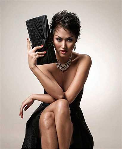 Năm 2003, Phi Thanh Vân bắt đầu tiến hành việc phẫu thuật thẩm mỹ nhiều phần trên cơ thể.