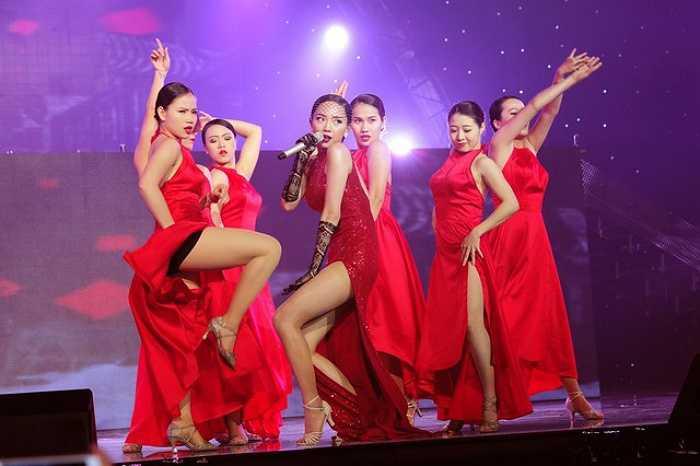 Tóc Tiên đang trở thành cái tên đủ sức 'thiêu đốt' các sân khấu lớn.